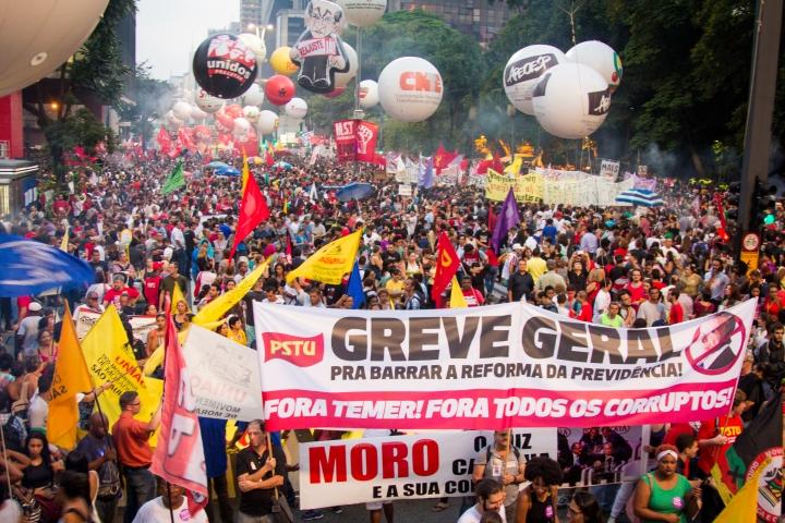 Imagem de manifestantes conclamando greve geral na Avenida Paulista - Março de 2017