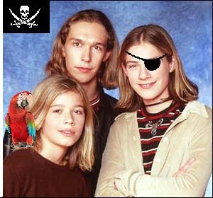 """Foto da banda """"Hanson's"""" com modificação para pirataria, tapa olhos e um papagaio."""