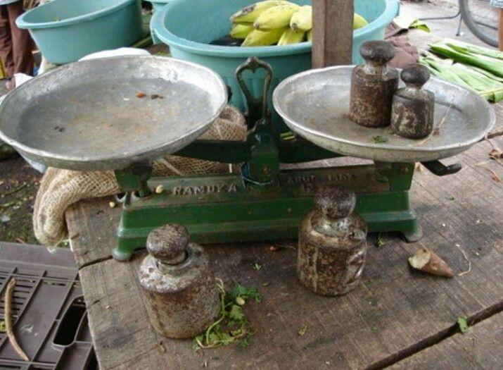 Balança antiga, com contra-pesos de ferro, usada em feiras livres, há tempos atrás.