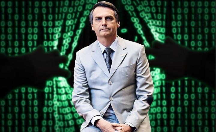 """Bolsonaro, por sobre um pano de fundo onde mãos puxam o """"tecido"""" feito de códigos binários, como um programa de computador sendo invadido."""